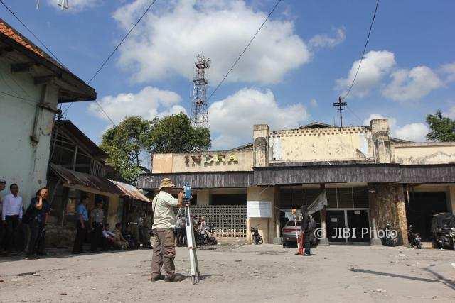 Sejumlah juru ukur tanah bergegas melakukan pengukuran lahan eks Bioskop Indra oleh Pemda Daerah Istimewa Yogyakarta (DIY) di Jalan Margo Mulyo tepat di depan Pasar Beringharjo Yogyakarta, Senin (30/10/2017).