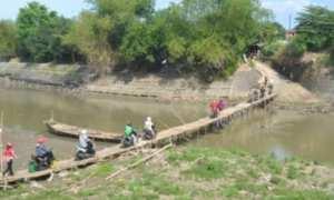 Sejumlah pengendara sepeda motor memanfaatkan jembatan sasak untuk menyeberangi Sungai Bengawan Solo di Desa Gadingan, Kecamatan Mojolaban, Selasa (31/10/2017). (Bony Eko Wicaksono/JIBI/Solopos)