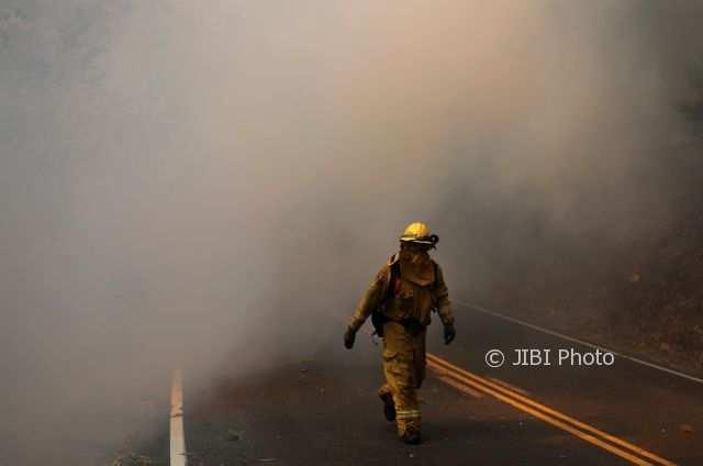 Petugas Damkar di tengah kepulan asap di Calistoga, California, Amerika Serikat, 12 Oktober 2017. (JIBI/Reuters/Jim Urquhart)