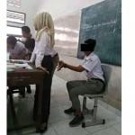 FOTO VIRAL: Tak Sopan! Murid Ini Pamer Pose Lecehkan Guru di Kelas
