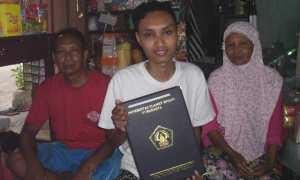Aris Setiawan (tengah) didampingi kedua orang tuanya menunjukkan ijazah sarjana Program Studi Pendidikan Bahasa Inggris FKIP Unisri Solo di rumahnya Pringgolayan RT 001/RW 011, Tipes, Serengan, Solo, Rabu (25/10/2017). (Insetyonoto/JIBI/Solopos)