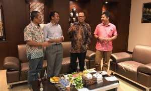 Kepala Perwakilan Bank Indonesia (BI) Solo Bandoe Widiarto (dua dari kanan) berbincang dengan Pemimpin Redaksi Bisnis Indonesia, Hery Trianto (baju merah), Direktur Pemberitaan Bisnis Indonesia, Arif Budisusilo (kiri) dan Pemimpin Redaksi Solopos, Suwarmin. (Rini Y/JIBI/Solopos)