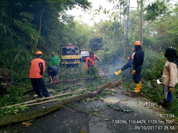Tim TRC BPBD Sleman mengevakuasi material longsoran dan pohon tumbang di Kinahrejo, Umbulharjo, Cangkringan, Senin (9/10/2017). (Abdul Hamid Razak/JIBI/Harian Jogja)