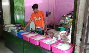 Penjaga kios beras, Apri, menunjukkan beras yang dijual di kiosnya di lantai I Pasar Kota Wonogiri, Jumat (27/10/2017). (Rudi Hartono/JIBI/Solopos)