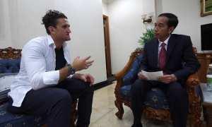 Casey Neistat (kiri) saat berbincang dengan Presiden Jokowi. (Youtube)