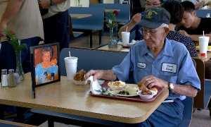 Clarence Purvis makan siang bersama foto almarhumah istrinya (Youtube)