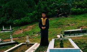 El saat berfoto di makam ayah ibunya (Twitter)