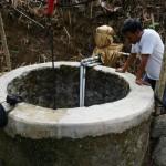 KEKERINGAN : Warga Angkut Air Hingga Satu Kilometer