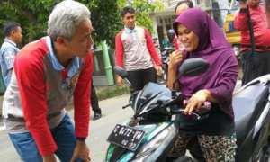 Gubenur Jateng Ganjar Pranowo berbincang dengan perempuan pengendara motor yang sempat terperosok selokan di tepian jalan Kabupaten Pekalongan, Kamis (26/10/2017). (JIBI/Solopos/Antara/Wisnu Adhi N.)