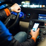 Berkendara Sambil Main Ponsel Jadi Penyebab Utama Kecelakaan