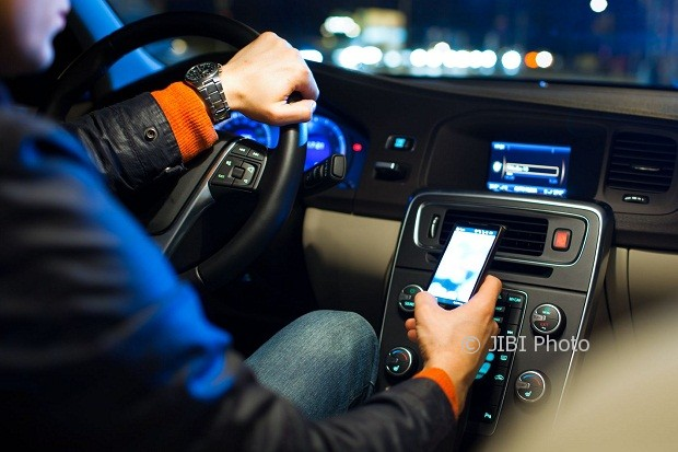 Ilustrasi berkendara sambil mengoperasikan ponsel (Digital Trends)