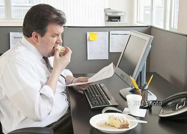 Ilustrasi makan sambil bekerja (Pictagram)