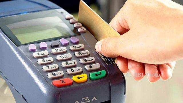 Ilustrasi menggesek kartu untuk transaksi nontunai. (hindustantimes.com)
