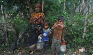 Pengungsi Rohingya berada di sekitar hutan dekat kamp Cox's Bazar, Bangladesh. (Damie Sagolj/JIBI/Reuters)