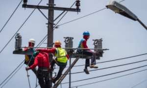 Ilustrasi perawatan jaringan kabel listrik PT PLN. (JIBI/Solopos/Antara/Mohammad-Ayudha)