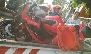 Kawasaki Ninja ZX-RR yang menabrak mobil dievakuasi polisi (Facebook)