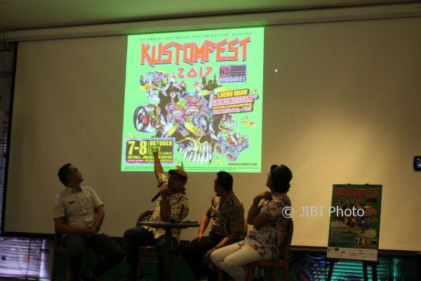 Direktur Kustomfest, Lulut Wahyudi (dua dari kiri), dalam jumpa pers Kustomfest 2017 di Gaia Cosmo Hotel, Jogja, Senin (2/10/2017). (Galih Eko Kurniawan/JIBI/Harian Jogja)