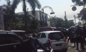 Mobil tabrak lari dikejar dan dirusak massa (Facebook)