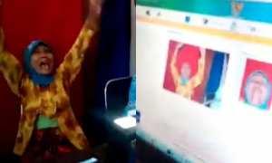 Nenek-nenek latah rekam foto e-ktp (Youtube)