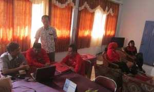 kader PDIP Karanganyar di kantor KPU, Sabtu (14/10/2017). PDIP Karanganyar menyerahkan 1.028 keanggotaan ke KPU. (Ponco Suseno/JIBI/Solopos)
