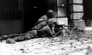 Pasukan Amerika Serikat (AS) yang terlibat pertempuran di Aachen, Jerman, 1944. (Wikimedia.org)