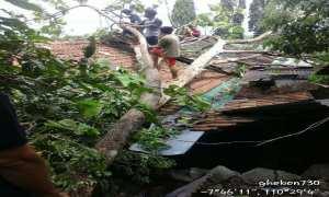 Warga dan relawan bencana mengevakuasi pohon tumbang yang menimpa bagian atap rumah milik Jumirin, warga RT 04/12 Gunungharjo, Bokoharjo, Prambanan, Sleman Jumat (27/10/2017). (Istimewa/BPBD Sleman)