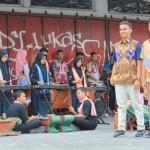 HARI BATIK NASIONAL : Heboh Siswa SMP di Bantul Peragaan Busana di Jalan Raya