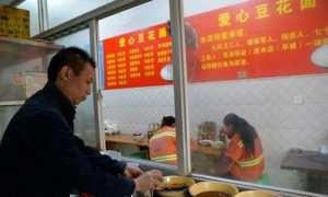 Sun Zhiwen sedang meracik mi di warungnya (Shanghaiist)