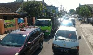 Di Jl. Sam Ratulangi, kendaraan dari manahan dialihkan melalui jalur tersebut karena perlintasan KA Manahan ditutup selama 24 jam. (M. Ferri Irawan/JIBI/Solopos)