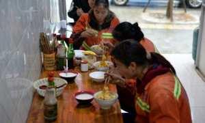 Warung mi yang menyediakan sarapan gratis untuk lansia hingga petugas kebersihan. (Istimewa/Weibo)