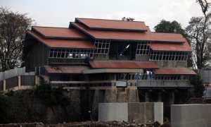 Pekerja menyelesaikan proyek pembangunan Omah Galeri Tirtonadi, Banjarsari, Solo, Sabtu (22/7/2017). Galeri sungai itu akan menampilkan informasi serta lokasi sungai yang ada di Kota Solo. (M. Ferri Setiawan/JIBI/Solopos)