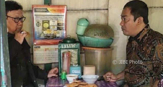 Wali Kota Semarang Hendrar Prihadi (kanan) dan Mendagri Tjahjo Kumolo (kiri) makan di salah satu warung kaki lima di Kota Semarang, Jateng, Sabtu (30/9/2017). (Instagram-@hendrarprihadi)