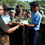 HUT TNI : Kodim Karanganyar Dapat Kejutan Kue, Bunga, dan Tari Bujang Ganong