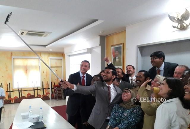 Wali Kota Solo, F.X.Hadi Rudyatmo, berswafoto (selfie) dengan sukarelawan IBM Corporate Service Corps (CSC) seusai pembukaan CSC di Manganti Praja Solo, Senin (9/10/2017). (Hijriyah Al Wakhidah/JIBI/Solopos)