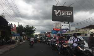 Arus lalu lintas Selasa (16/10/2017) pukul 15.00 WIB di sekitar lampu merah Ringroad Monjali terpantau padat. (Santi Afdillah/Harian Jogja)