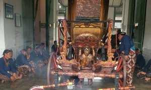 Abdi dalem Kraton sedang mengeringkan kereta Kanjeng Nyai Jimat seusai dijamasi atau dicuci di halaman Museum Kereta, Selasa (17/10/2017). (Ujang Hasanudin)