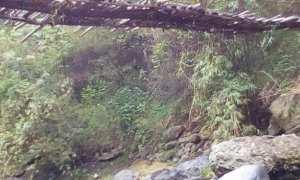 Kondisi memprihatinkan jembatan penghubung Kecamatan Banyumanik dan Kecamatan Gunungpati di Kelurahan Srondol Kulon, Kecamatan Banyumanik, Kota Semarang, Jateng. (Facebook.com-Uul Ghotiic)