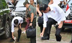 Jokowi saat membersihkan sepatu menggunakan tisu basah. (Istimewa/JIBI/Bisnis.com)Jokowi saat membersihkan sepatu menggunakan tisu basah. (Istimewa/JIBI/Bisnis.com)