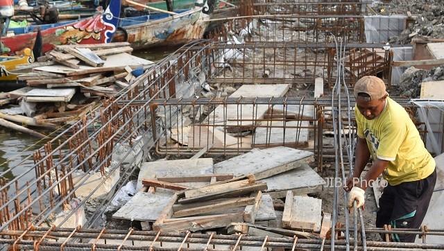 Pekerja membangun dermaga di lokasi pembangunan Kampung Bahari di Tambaklorok, Kota Semarang, Jateng, Senin (2/10/2017). (JIBI/Solopos/Antara/Aditya Pradana Putra)
