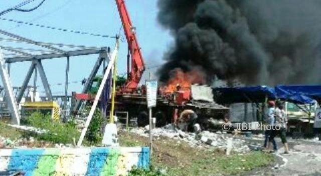 Truk pompa cor beton terbakar di jalur jalan pantura, wilayah Demak, Jateng, Rabu (4/10/2017). (Okezone.com-Istimewa)