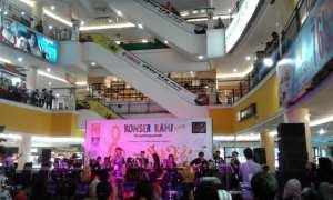 Murid-murid sekolah musik West Brothers Music saat mementaskan lagu anak-anak dalam konser tahunan bertajuk Save Lagu Anak di Atrium Solo Grand Mall, Rabu (25/10/2017) malam. (Ika Yuniati/JIBI/Solopos)