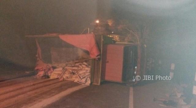 Truk terguling di turunan Sigar Bencah, Jl. Imam Suparto, Meteseh, Tembalang, Kota Semarang, Jateng, Jumat (6/10/2017) dini hari. (Instagram-@satlantaspolrestabessmg)