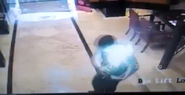 Potongan rekaman video ledakan smartphone di Hotel Ciputra, Jl. Simpang Lima, Pekunden, Kecamatan Semarang Tengah, Kota Semarang, Jateng, Sabtu (30/9/2017). (Facebook.com-Lukas Gunawan RO SE)