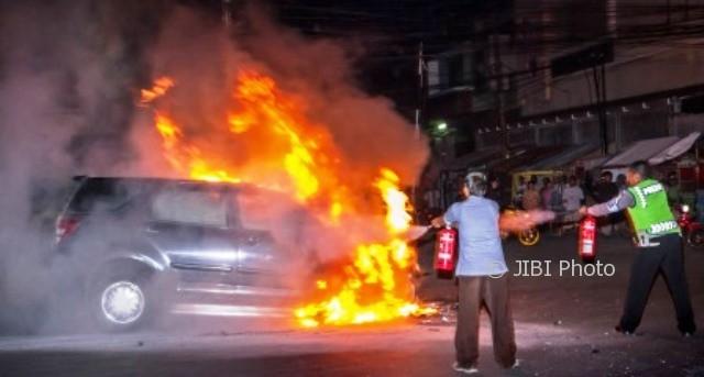 Warga dibantu polisi berupaya memadamkan api yang membakar Daihatsu Terios di Jl. Brigjen Katamso, Kota Semarang, Jateng, Selasa (10/10/2017). (JIBI/Solopos/Antara/Aji Styawan)