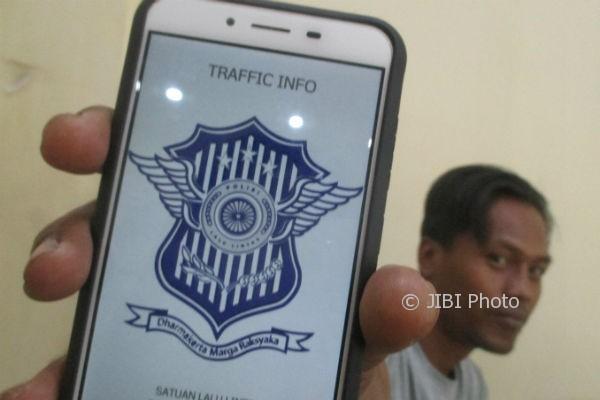 Seorang warga Desa Wonosari, Kecamatan Wonosari menunjukkan aplikasi Traffic Info Gunungkidul, Selasa (3/10/2017). (JIBI/Irwan A. Syambudi/JIBI/Harian Jogja)
