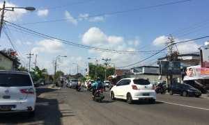 Pengendara sepeda motor dan mobil yang melintas di Fly Over Lempuyangan, Senin (23/10/2017). (Ocktadika Cahya A/Harian Jogja)