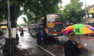 Depan Pasar Sentul Yogyakarta, jalan basah terguyur hujan siang ini, Sabtu (28/10/2017). (Ocktadika Cahya A/Harian Jogja).