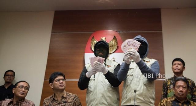 Dua penyidik menunjukkan barang bukti berupa 64.000 dolar Singapura disaksikan Wakil Ketua KPK Laode Muhammad Syarief (kedua kiri), Ketua Kamar Pengawasan Mahkamah Agung (MA) Sunarto (kiri), Juru Bicara MA Agung Suhadi (kanan) saat konferensi pers mengenai operasi tangkap tangan KPK di gedung KPK, Jakarta, Sabtu (7/10/2017). (JIBI/Solopos/Antara/Rosa Panggabean)