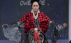 Salah satu karya Owens Joe yang itampilkan dalam Solo Batik Fashion yang digelar di Solo Paragon Lifestyle Mall, Jumat (13-15/10/2017). (Istimewa/ Tim Dokumen Owens Joe)