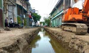 Proyek pekerjaan drainase di Jl. Gelatik, Kota Lama, Semarang yang dalam penggaliannya menemukan gugusan batu bata berukuran besar yang diduga peninggalan bersejarah, Kamis (12/10/2017). (JIBI/Solopos/Antara/Zuhdiar Laeis)
